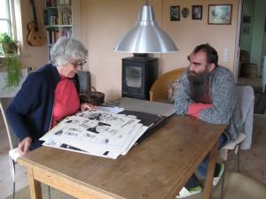 Mig og maleren Hanne Hansen i fuld gang med at finde nye tegninger til bogen med arbejdstitlen EN VRANGMASKE I VORHERRES STRIKKETØJ.